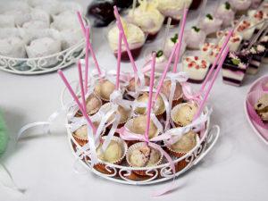Cake Pops w polewie z białej czekolady, z ciasta biszkoptowego i prażonych orzeszków - SlodkaHania.pl