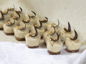 Mus orzechowy ze słonym karmelem i dekoracją czekoladową